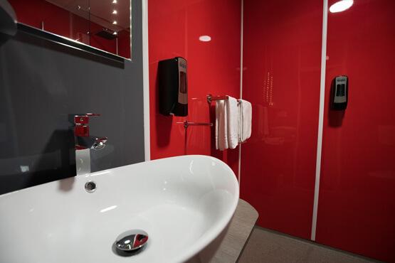 Vasque et douche italienne rénovées avec des plaques PVC