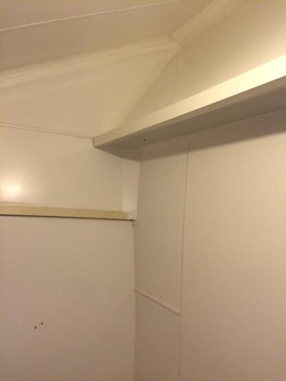 Cloisons et plafond en bois recouverts avec des plaques PVC