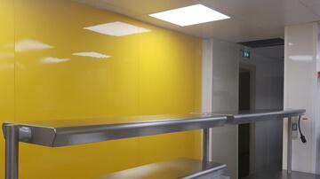 Cloison habillée de plaques PVC jaunes