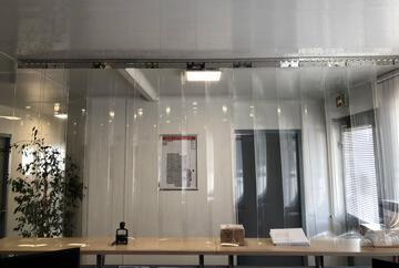 Rideau à lanières PVC installé devant une banque d(accueil