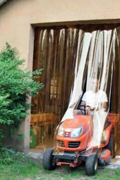 Rideaux à lanières PVC anti insectes protégeant l'accès à un garage