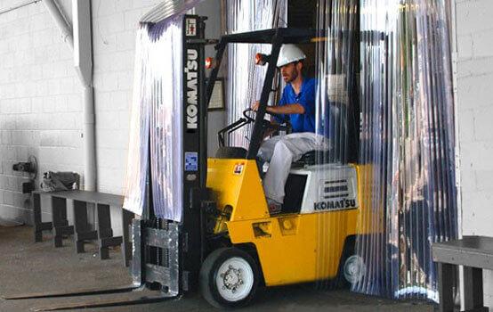rideau a lanieres trafic industriel avec chariot elevateur