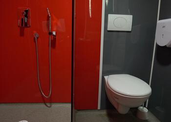 Douche et WC d'une chambre d'hôtel rénovés avec des plaques PVC couleur NELINKIA