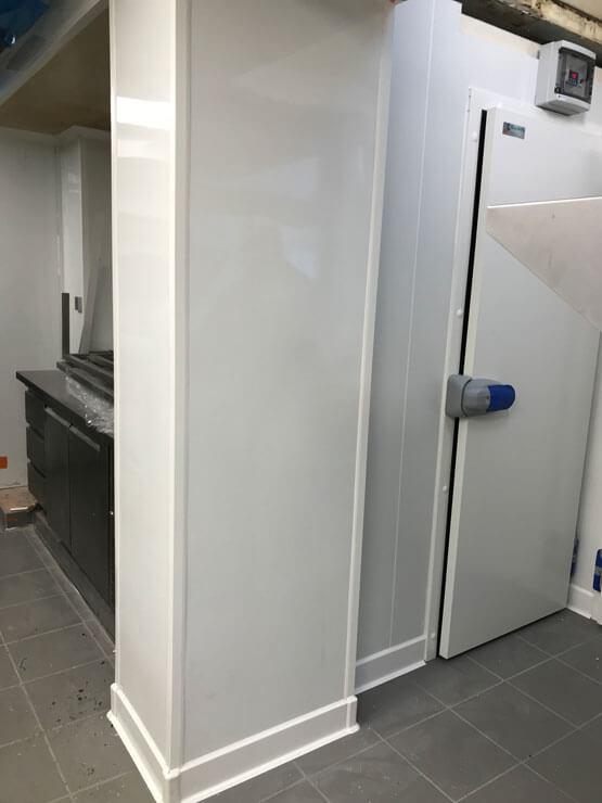 Panneaux isolants et plaques installés cote à cote
