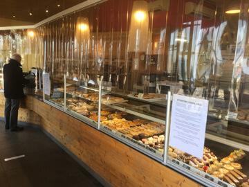 Rideau à lanières en situation dans une boulangerie