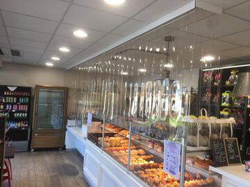 Rideau installé dans une boulangerie pour séparer personnel et clients