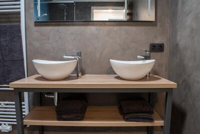 Salle de bain rénovée avec la technique du béton ciré