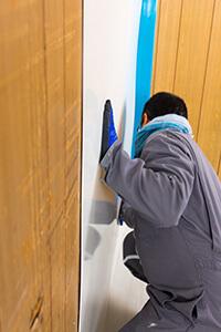 Positionnement de la plaque dans un coin du mur
