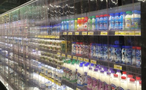 Rideau à lanières PVC devant armoire frigo Grande Surface