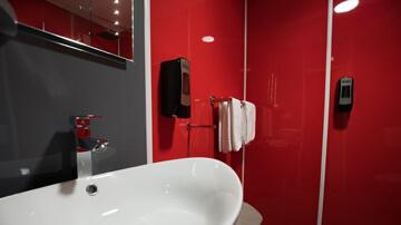 Salle de bains rénovée avec des plaques PVC couleur