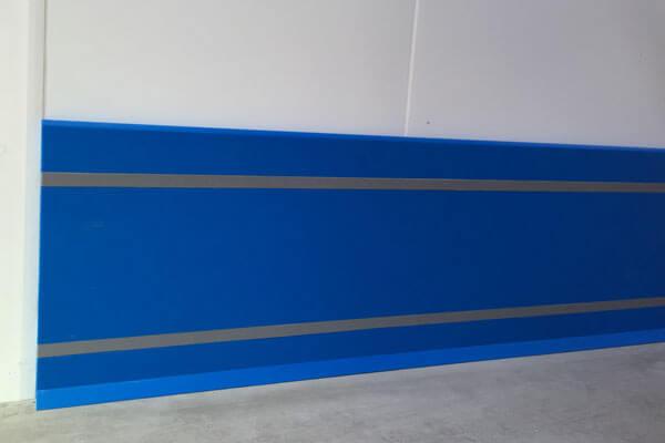 Plinthe en Polyéthylène bleue avec cache-vis et talon