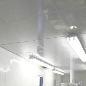 Faux-plafond suspendu avec dalles PVC brillantes et lavables